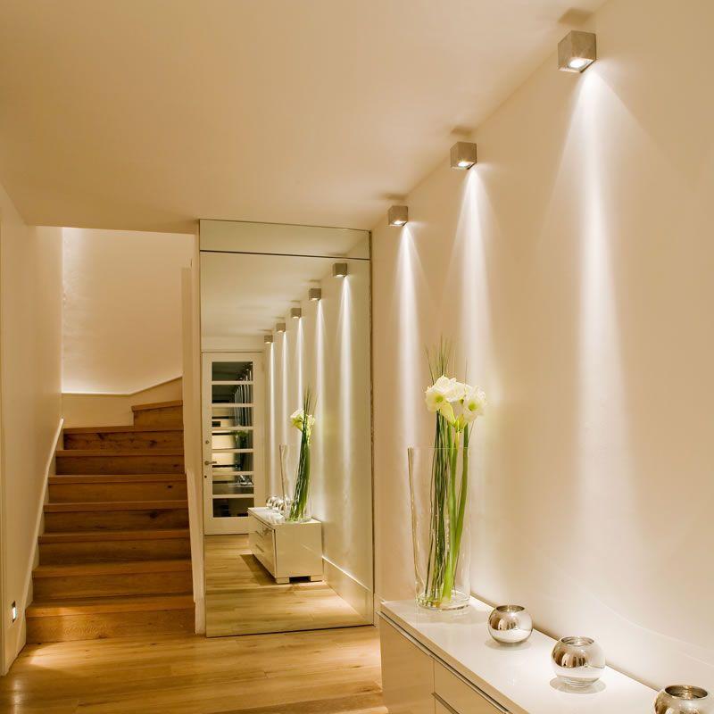 Chiếu sáng điểm trên các bức tường để tạo điểm nhấn